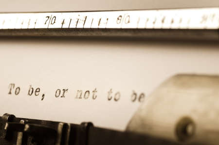 words tobe or not to be  written on old typewriter Archivio Fotografico