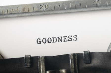 bondad: palabra bondad escrito en máquina de escribir vieja