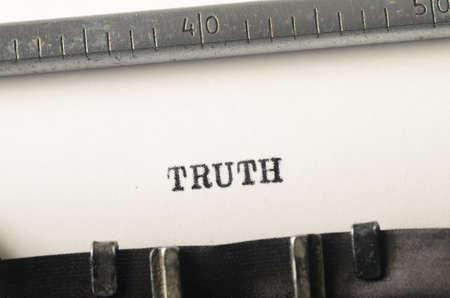 Woord waarheid getypt op oude typemachine Stockfoto