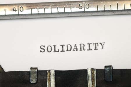 comunicación escrita: palabra solidaridad ha escrito en máquina de escribir vieja