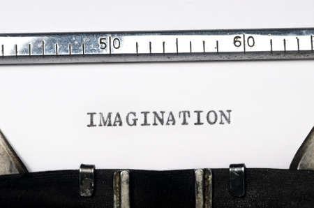 comunicación escrita: palabra imaginaci�n escribe en la m�quina de escribir vieja
