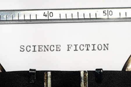 comunicación escrita: palabras de ciencia ficción mecanografía en una máquina de escribir vieja