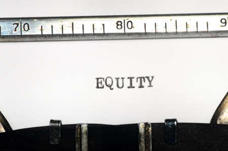 equidad: palabra equidad se escribe en una máquina de escribir