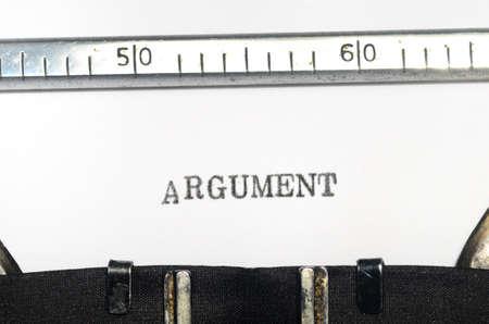 comunicación escrita: palabra argumento de mecanograf�a en una m�quina de escribir vieja Foto de archivo