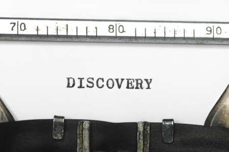 comunicación escrita: palabra descubrimiento mecanografía en una máquina de escribir vieja