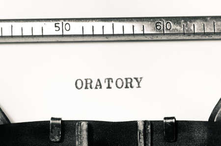 oratoria: palabra oratoria mecanograf�a en una m�quina de escribir vieja Foto de archivo