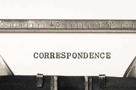 correspondencia: la correspondencia palabra escrita en una vieja m�quina de escribir Foto de archivo