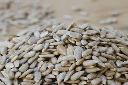 semillas de girasol: semillas de girasol sobre fondo de madera