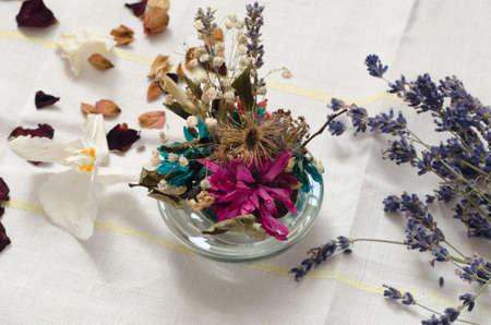 flores secas: Detalle a flores secas en la mesa Foto de archivo