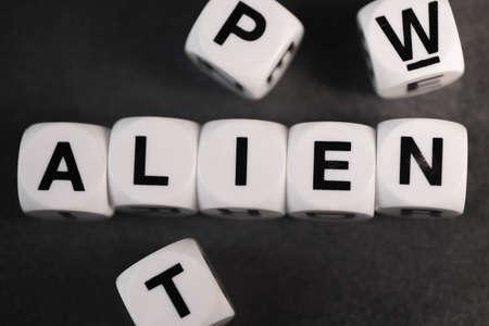 Palabra alien en blanco cubos de juguete Foto de archivo - 79466518