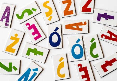 Letras coloridas polonesas com marcas diacríticas no fundo branco Foto de archivo - 90413418