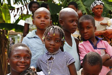 Akure, NIGERIA - 12 août 2012 garçons et filles nigérianes se lever pour un portrait dans un village à l'Etat d'Ondo au Nigeria, le 12 Août, 2012 Banque d'images - 27522405
