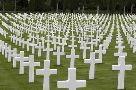 mémorial de guerre avec des croix blanches