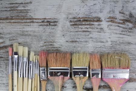 brocha de pintura: Conjunto de pinceles en un fondo de madera, vintage Foto de archivo