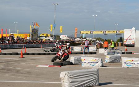 amateur: SALOU, ESPA�A - septiembre, 15, 2009: los pilotos no identificados de motociclismo en el campeonato aficionado de supermotard, una exposici�n local de Port Aventura en septiembre 15 de 2009 en Salou, Espa�a