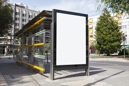 通りでバス停の広告のブランクの看板