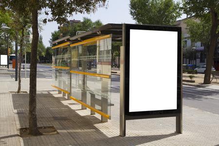 parada de autobus: Cartelera en blanco en una parada de autob�s, para la publicidad en la calle