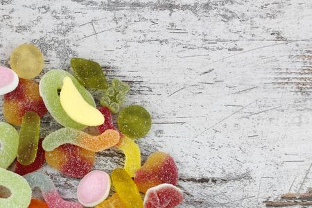 木材の背景で甘いキャンディーします。