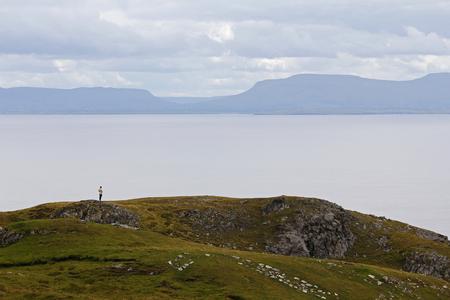 mujer mirando el horizonte: Mujer derecha en la costa, mirando a la inmensidad del mar