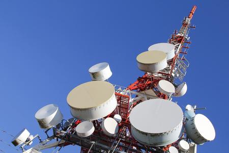 antena parabolica: Torre de las telecomunicaciones contra el cielo azul Foto de archivo
