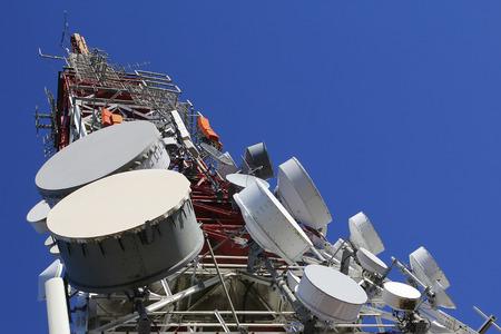 Telekomunikacja wieża przeciw błękitne niebo Zdjęcie Seryjne