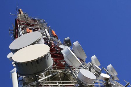 Torre de las telecomunicaciones contra el cielo azul Foto de archivo