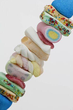 白い背景で、甘いお菓子のくし焼き