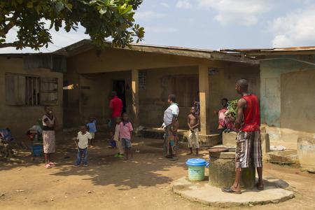 Akure, NIGERIA - 12 août 2012: Les membres d'une famille nigerian de Akure, levez-vous pour un portrait en face de leur maison à un village local à l'état d'Ondo au Nigeria, le 12 Août, 2012 Banque d'images - 55337470