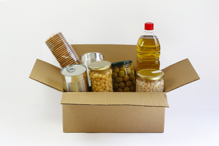 Alimentaire dans une boîte de dons, isolé dans un fond blanc Banque d'images