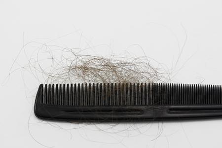 persona enferma: Peine con la ca�da del cabello aislado en un fondo blanco