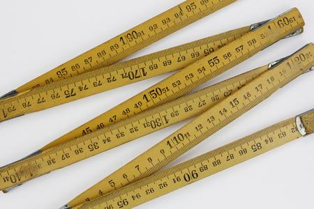 metro medir: Madera medidor de medición, aislado en un fondo blanco Foto de archivo