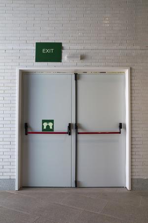 evacuacion: cerrada la puerta de emergencia, para la evacuación rápida Foto de archivo
