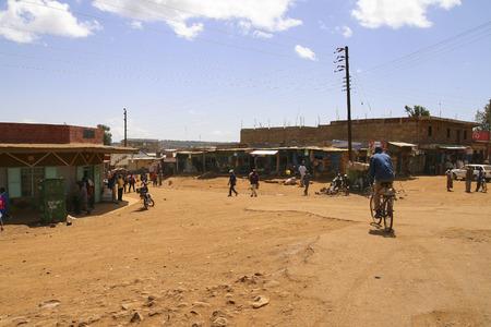 NAIROBI, Kenia - 8. Juni 2009: Leben auf der Straße in einem armen Vorort von Nairobi, mit Menschen und einigen Geschäften in einem heißen und trockenen Zone, am 08. Juni 2009 in Kenia Standard-Bild - 56163926