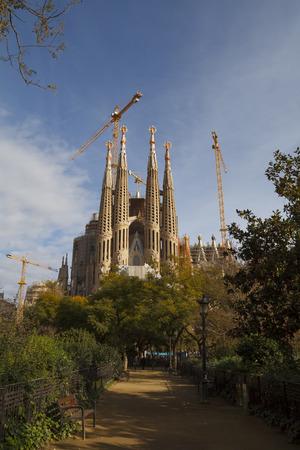 lia: BARCELONA, SPAIN - JANUARY 09, 2016: The Sagrada Família temple, designed by Catalan architect Antoni Gaudí, a large Roman Catholic church in Barcelona, Catalonia, Spain Editorial