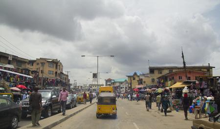 LAGOS, NIGERIA - 11 mai 2012: Les gens dans la rue dans la vue de la ville de Lagos, la plus grande ville du Nigeria et du continent africain. Lagos est l'une des villes les plus dynamiques au monde