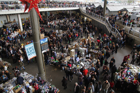 els: BARCELONA, SPAIN - JANUARY 09, 2016: Crowded flea market in Barcelona, ??? ?