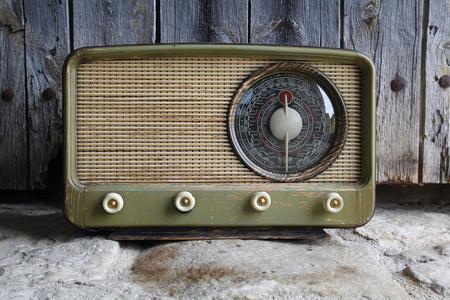 Alte Radio Jahrgang, mit einem Holz-Hintergrund