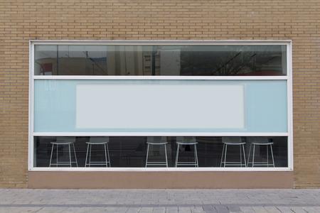 Bureau avec vitrine blanche, avec panneau d'affichage vide