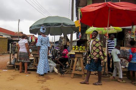 LAGOS, 나이지리아 - 2012 년 8 월 10 일 : 라고스 도시, 나이지리아와 아프리카 대륙에서 가장 큰 도시에서에서 거리에서 다른 상품을 판매하는 사람들. 라
