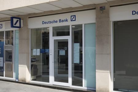 CAMBRILS, ESPAGNE - Le 26 Février 2017 Deutsche Bank Succursale en plein air, avec le texte bleu et logo dans un panneau d'affichage, dans la ville de Cambrils à Espagne