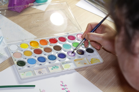 Dessin de main-femme avec des peintures aquarelles
