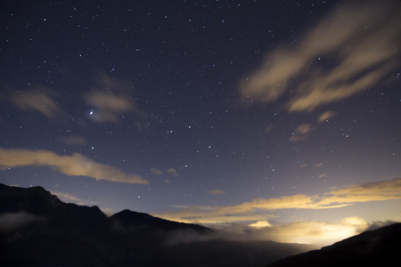 Montagne et étoiles la nuit Banque d'images