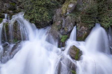 Fontaine de source de rivière, avec de l'eau qui coule des roches Banque d'images