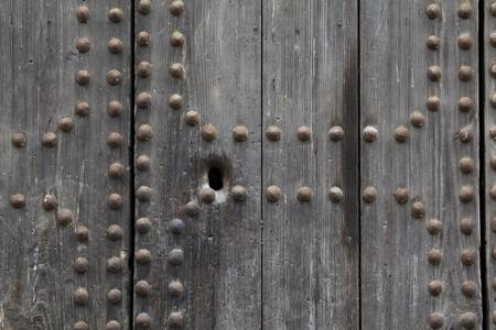 trou de serrure dans une porte ancienne en bois, avec des rivets métalliques Banque d'images