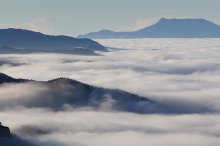 Brouillard entre les montagnes