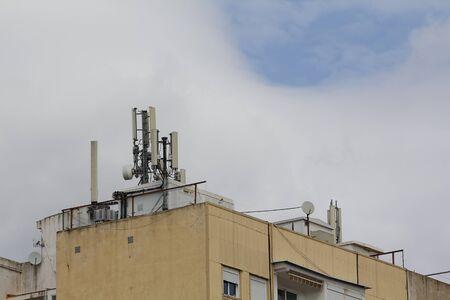 Antenne mobile dans le toit d'un bâtiment, contre le ciel nuage Banque d'images