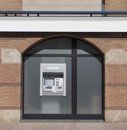 Distributeur automatique de billets à l'extérieur d'un bureau bancaire