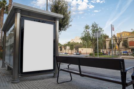 advertisement Blank dans un abri de bus, pour promo gratuitement Banque d'images