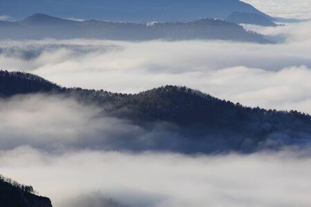 Des montagnes brumeuses en matinée d'hiver Banque d'images