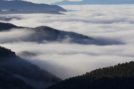 Paysage dans la brume, avec vallée brumeuse Banque d'images